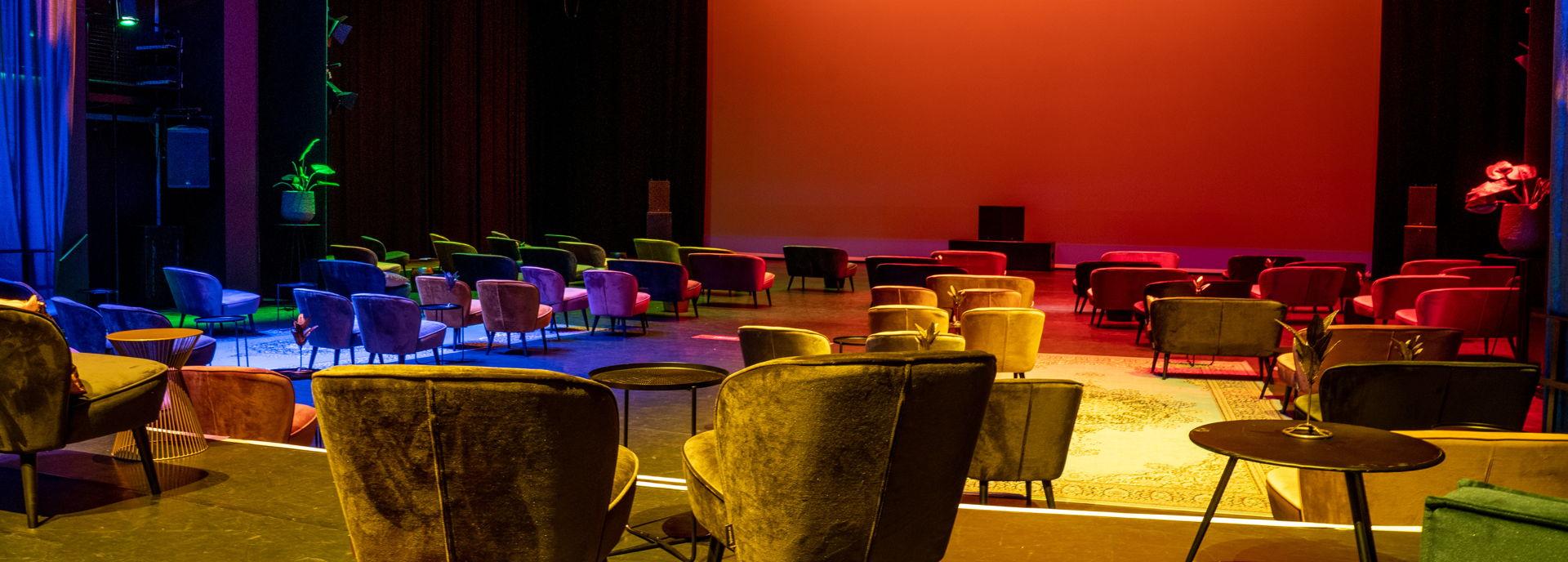 De lounge-opstelling van de Tamboerzaal in coronatijd.