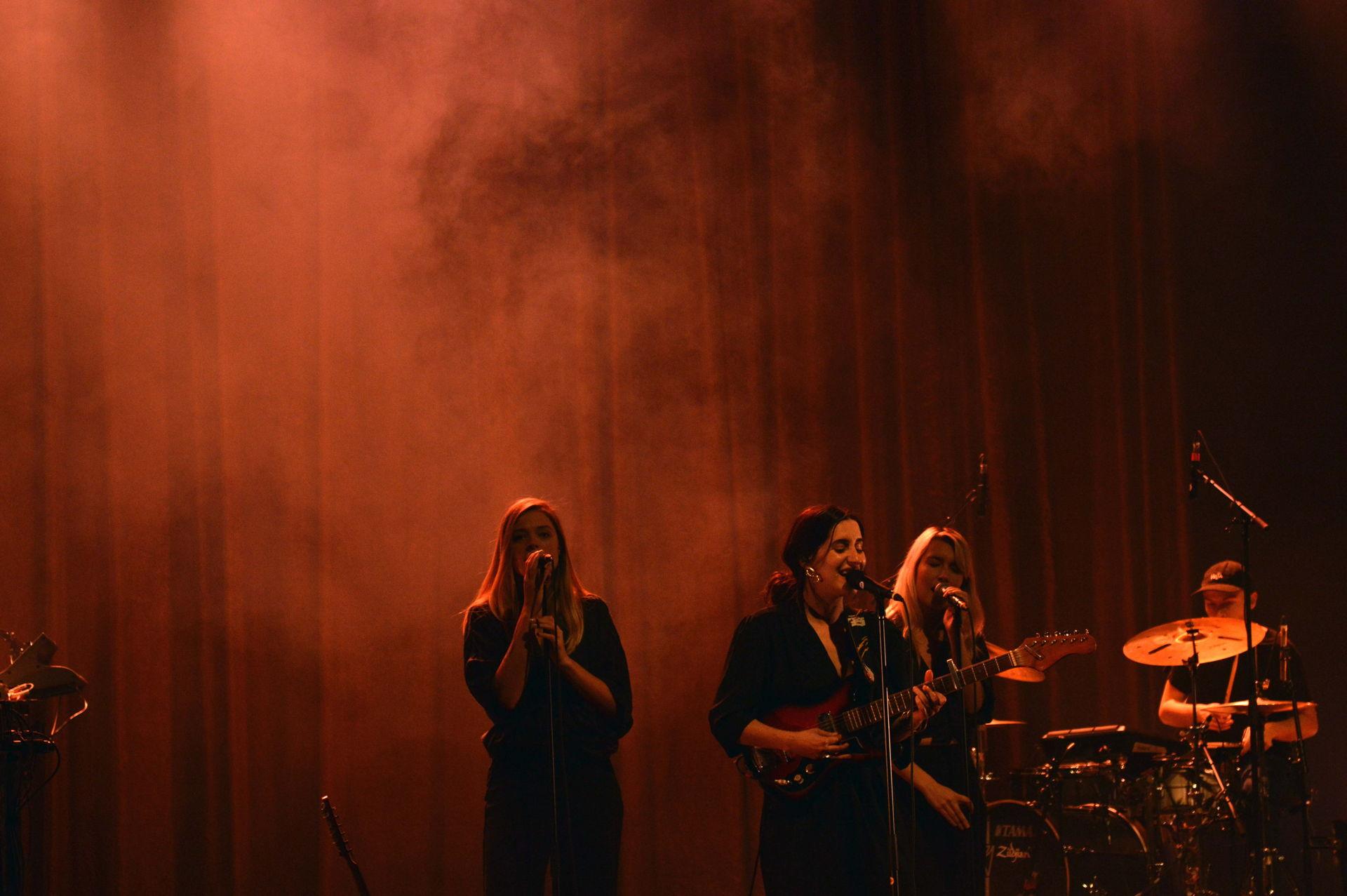 Eefje de Visser trad op tijdens Locked & Live, dit keer niet vanuit Het Podium, maar vanuit Theater De Tamboer