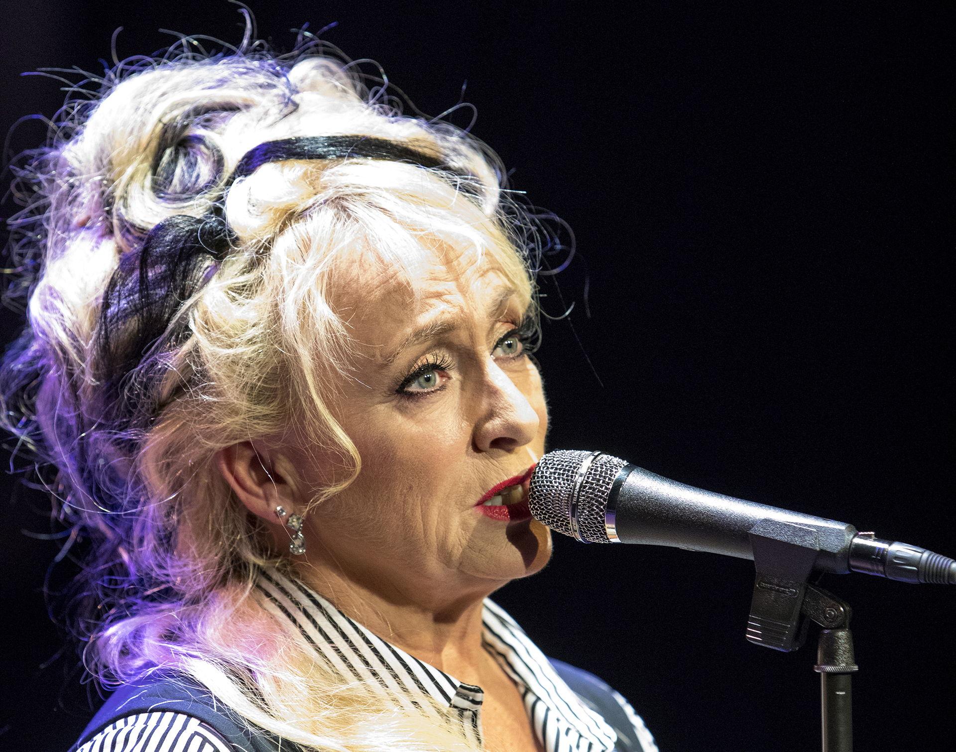Karin Bloemen keert terug naar haar eerste grote liefde: zingen. Samen met de Old School Band presenteert ze een puur, muzikaal programma vol funk, jazz en soul met eigen stukken en covers van Billie, Aretha, Norah, Amy en meer.
