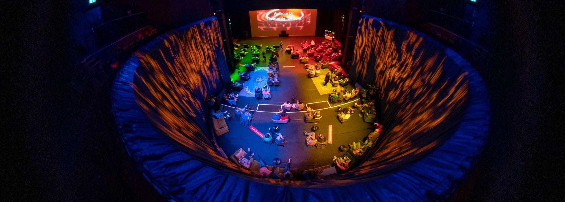 De Tamboerzaal is omgetoverd tot lounge met vier ingangen op kleur.