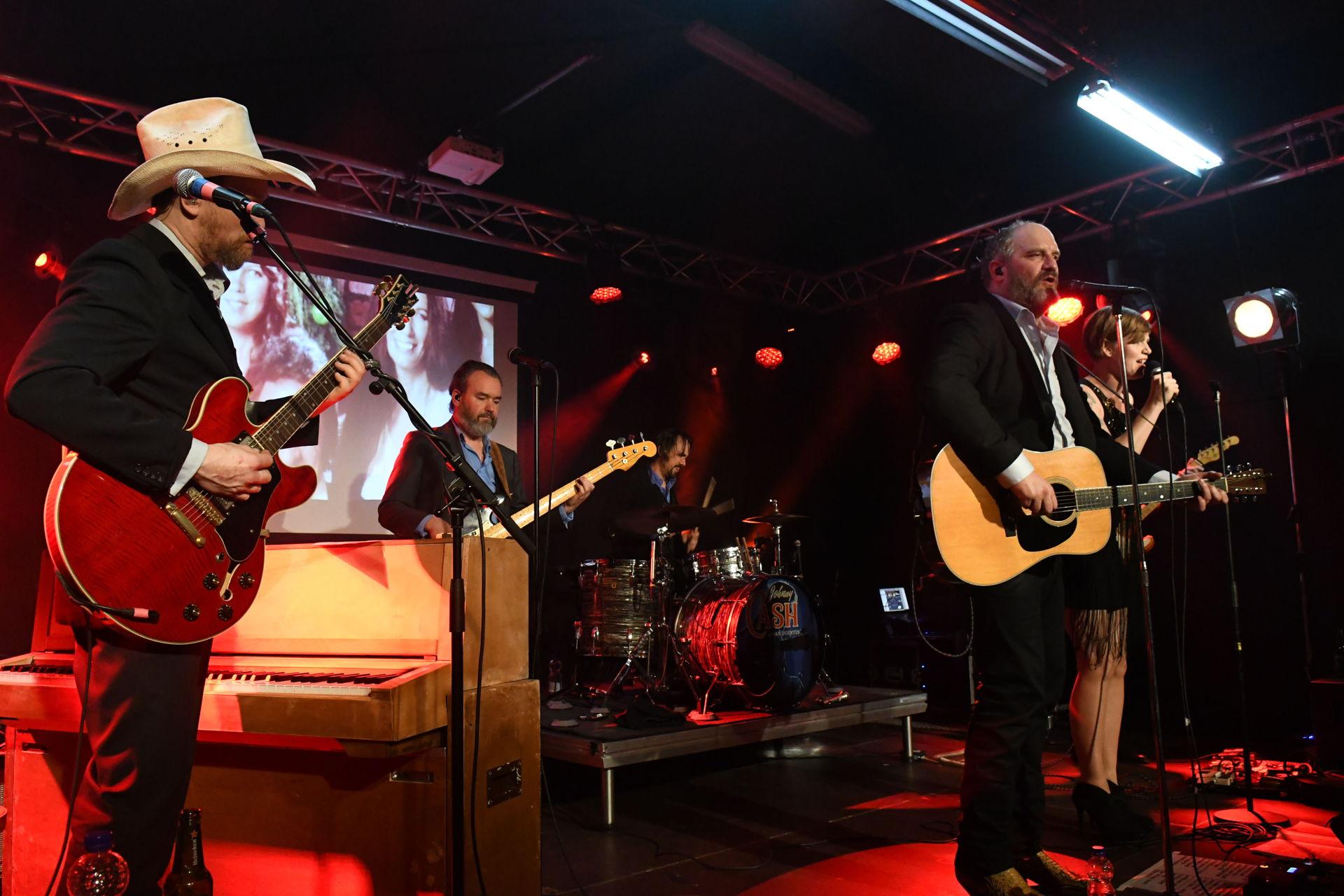 Persbureau Meter maakte foto's van het uitverkochte Def Americans concert in Het Podium. De Johnny Cash Tribute band speelde de nummer van de beruchte plaat San Quentin