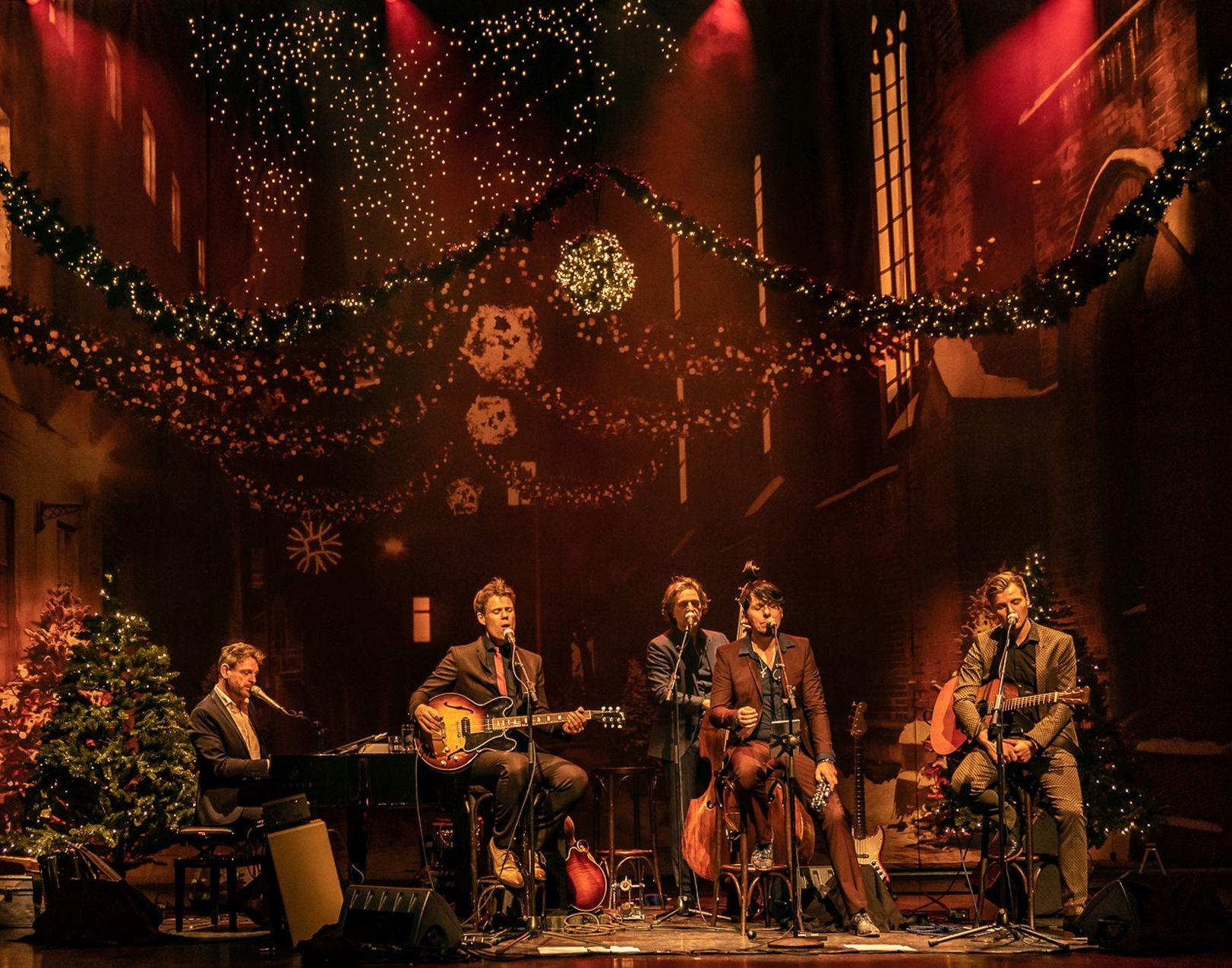 De 3JS staan in de mooiste theatermaand van het jaar op de planken van De Tamboer. Speciaal voor deze editie voegt multi-instrumentalist Emil Szarcowicz zich bij het gezelschap. Na deze Christmas-show bent u pas echt klaar voor de kerst.