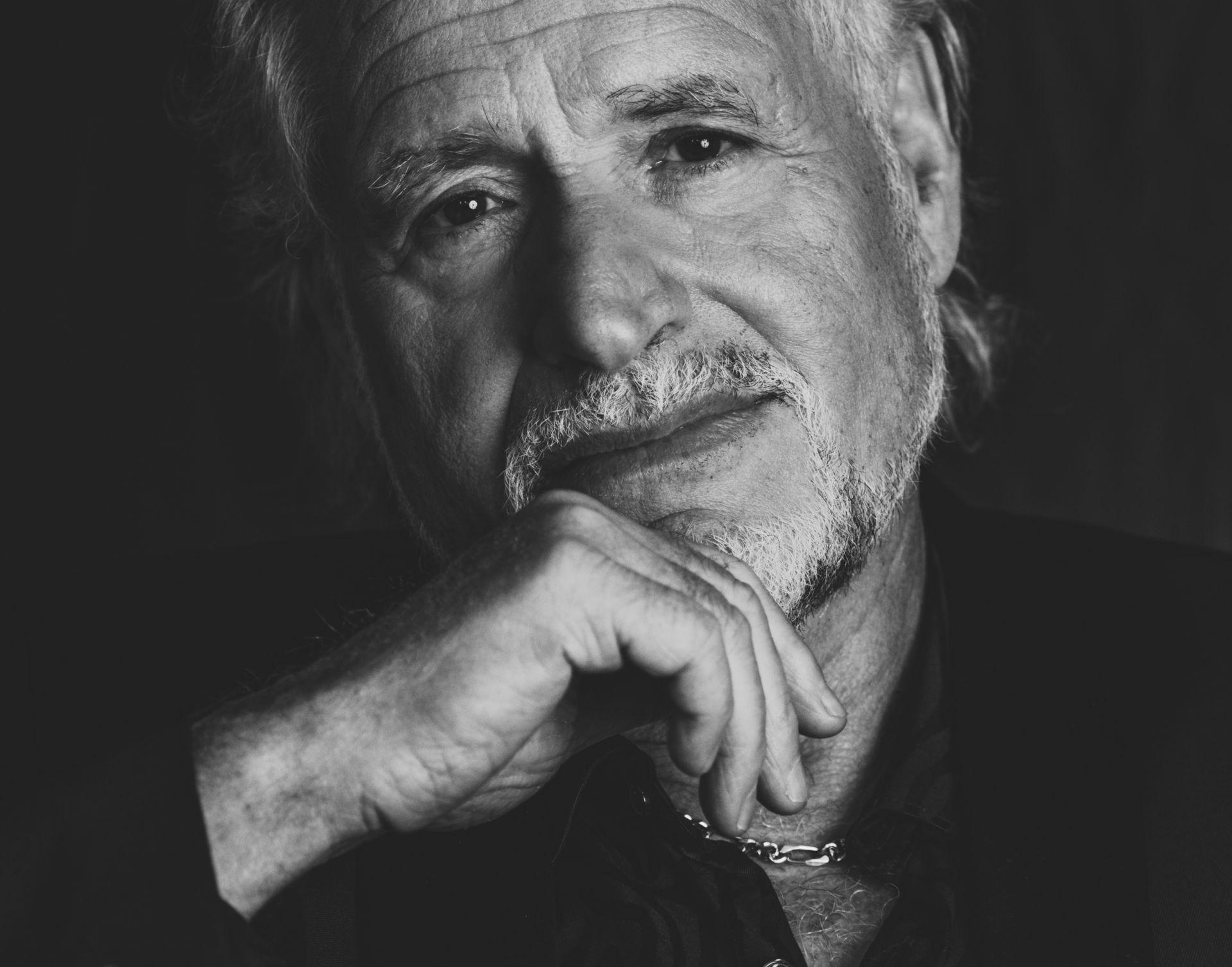 Hans Bouwens staat al vijftig jaar lang in binnen- en buitenland op het podium als George Baker. Hij reisde de wereld rond met zijn bekende hits als Little Green Bag en Una Paloma Blanca. Vanavond deelt hij zijn herinneringen met Hoogeveen.