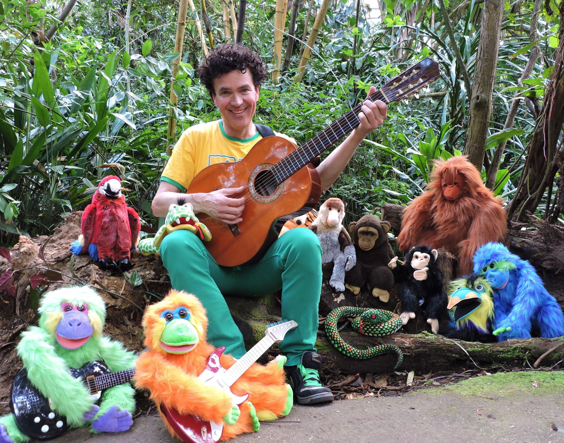 Geniet van een spetterend Jungle-Popconcert met bekende en nieuwe liedjes van Dirk Scheele en doe mee aan de talentenjacht De Roep van de Jungle, waarbij jij samen met de andere kinderen en de dieren strijdt om een plekje op het podium bij Dirk en zijn muzikanten.