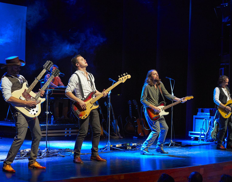 De heren van Dutch Eagles zijn hun gewicht in goud ruimschoots waard. Meerstemmige samenzang en weergaloze gitaarsolo's in de hits van the Eagles, maar ook in juweeltjes van andere artiesten uit de gouden tijd van de popmuziek. Ogen dicht en genieten maar!