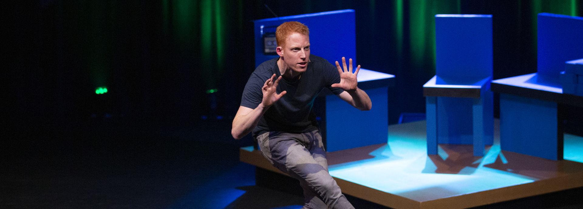 René van Meurs hunkert in zijn show.