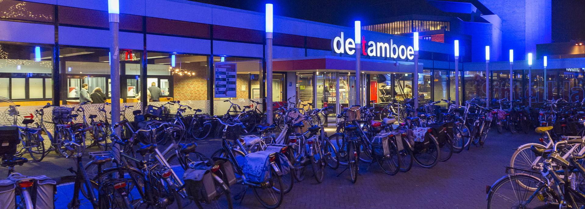 Tijdens het Bluesfestival staat het plein voor De Tamboer vol met fietsen.