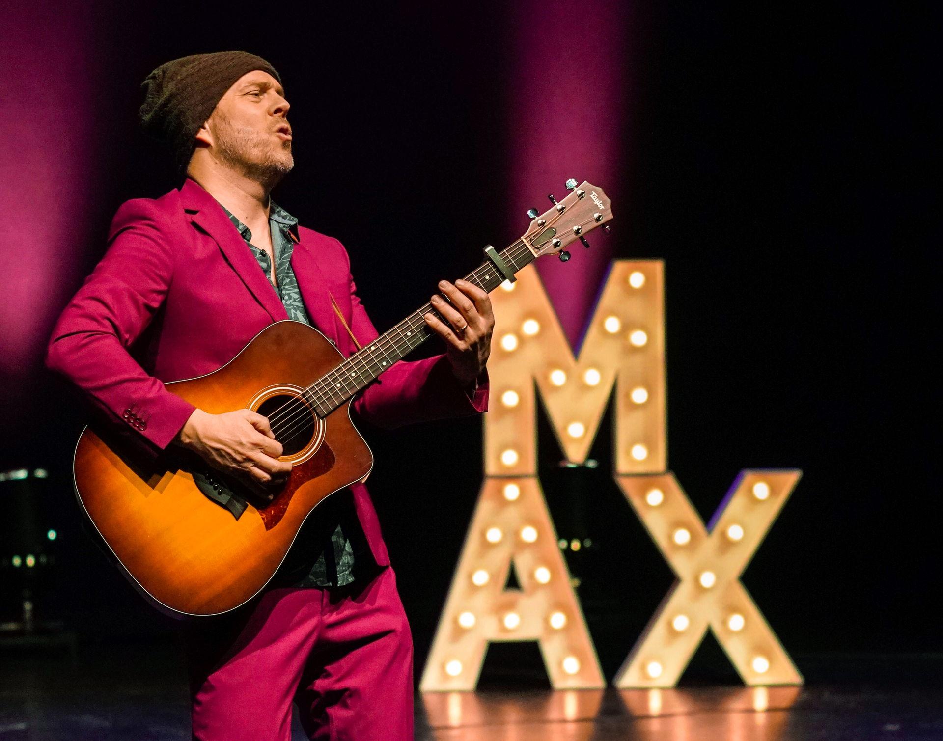 In 2019 presenteerde Max van den Burg zijn show Paasbest. Hij voerde het publiek genadeloos langs de rafelranden van onze perfect gestylde wereld.