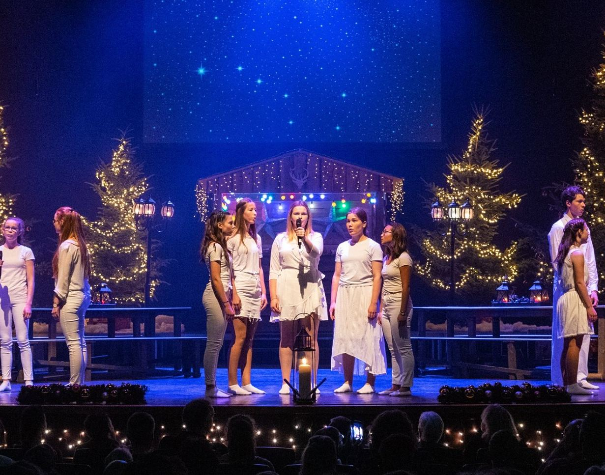 Speciaal voor dit jaar zijn de groepen van de Scala Musicalgroep op film vastgelegd. Zo kan iedereen online, thuis, gezellig bij de kerstboom, onder het genot van een hapje en een drankje, genieten van prachtige kerst- en winterliederen.