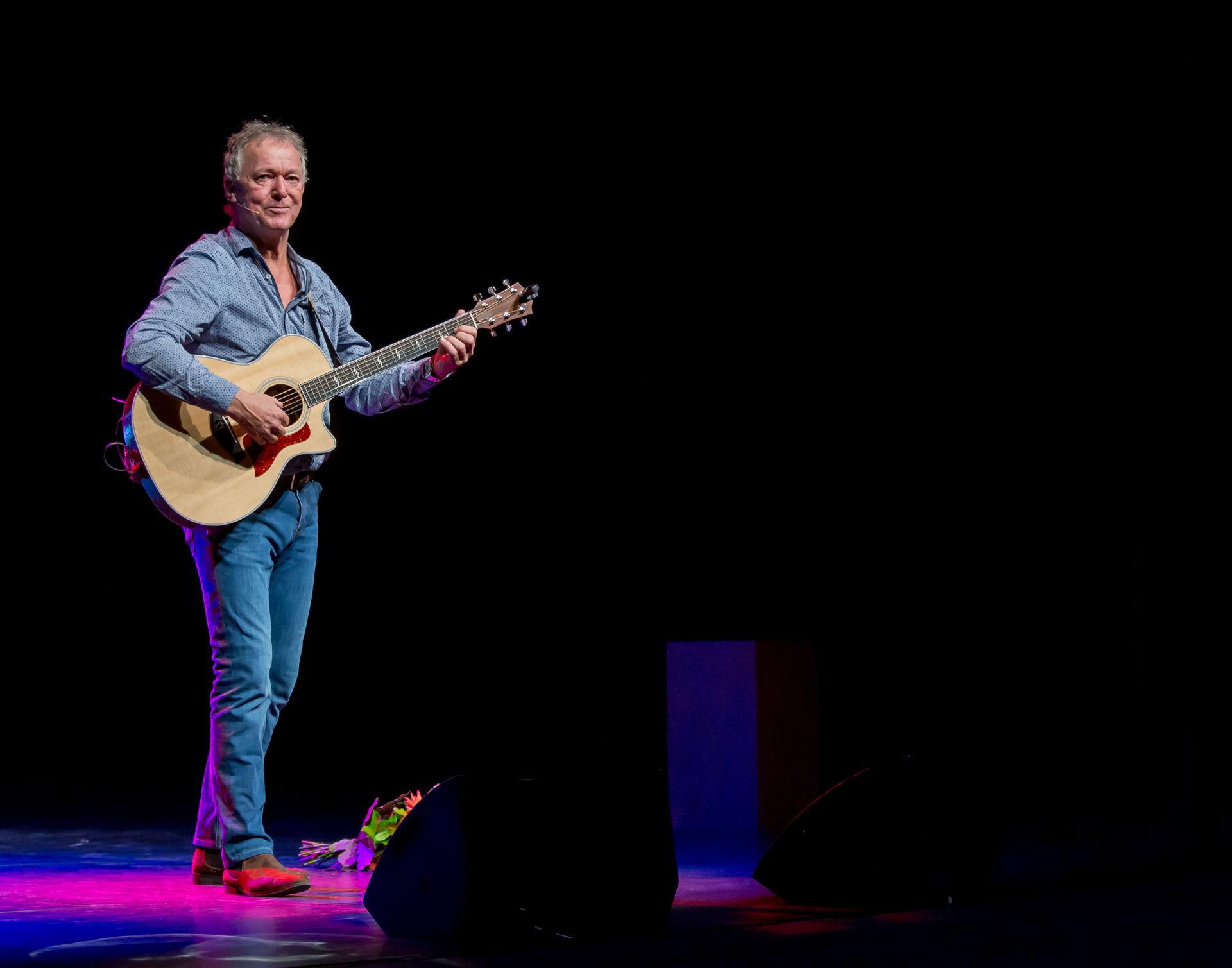 Harrie Jekkers trekt eindelijk met zijn solo-cabaretvoorstelling door het land. Met liedjes en conferences vertelt hij over zijn Haagse jeugd, het veranderende Den Haag en zijn 'campo' op Ibiza.
