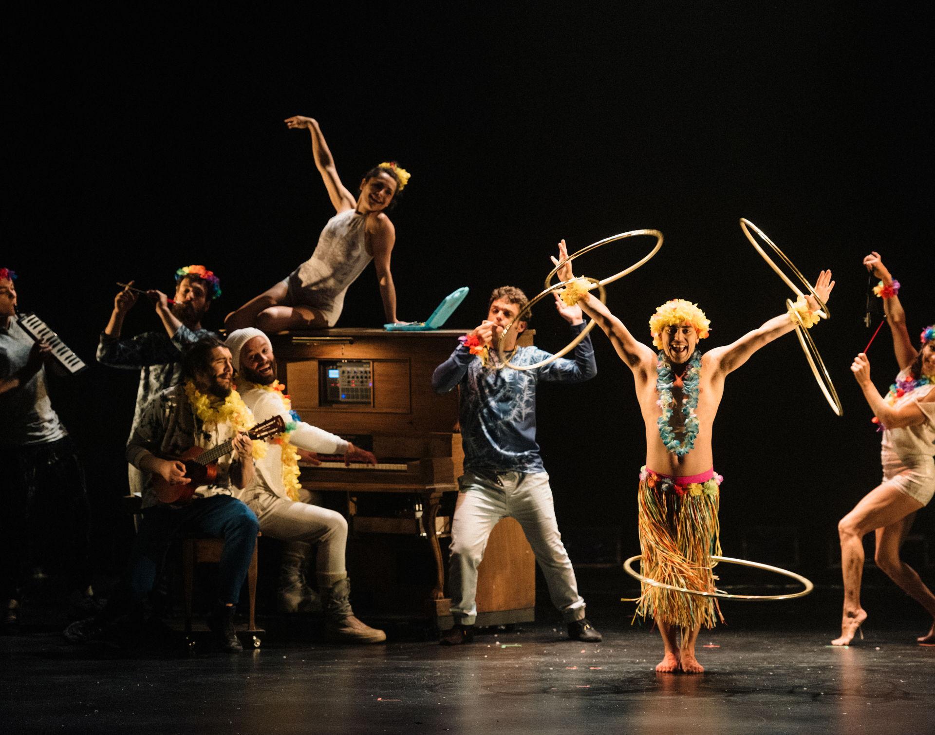 Het Canadese circusgezelschap FLIP Fabrique nodigt u uit voor een gekke, poëtische reis door de winter. De performers staan klaar om u te verwonderen, verbazen en omver te blazen met hun nieuwe show Blizzard.