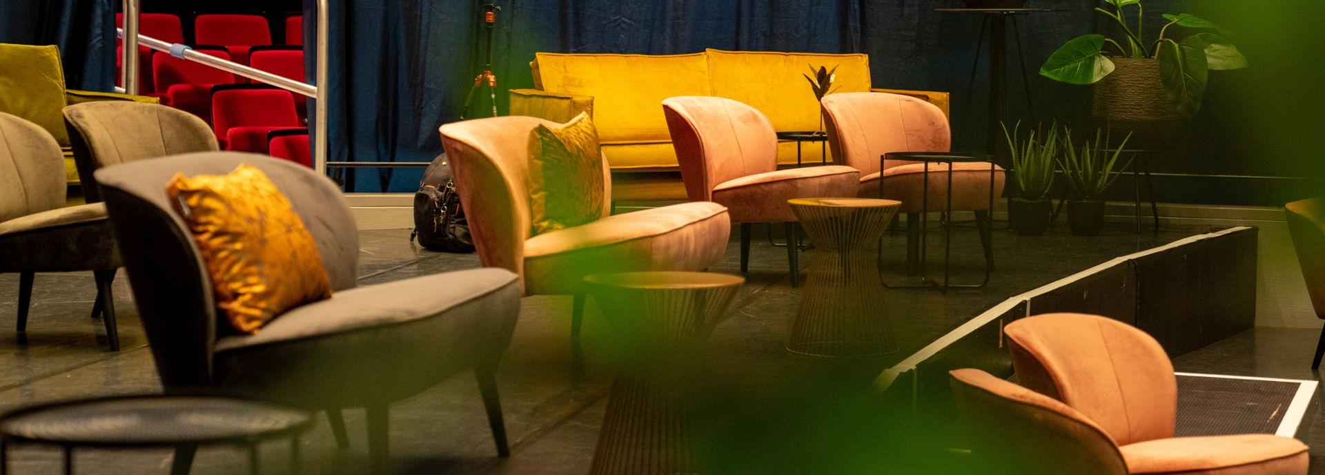 De grote zaal van De Tamboer is in 2020 omgetoverd tot Tamboer-lounge met gezellige bankjes, fauteuils en zitjes.
