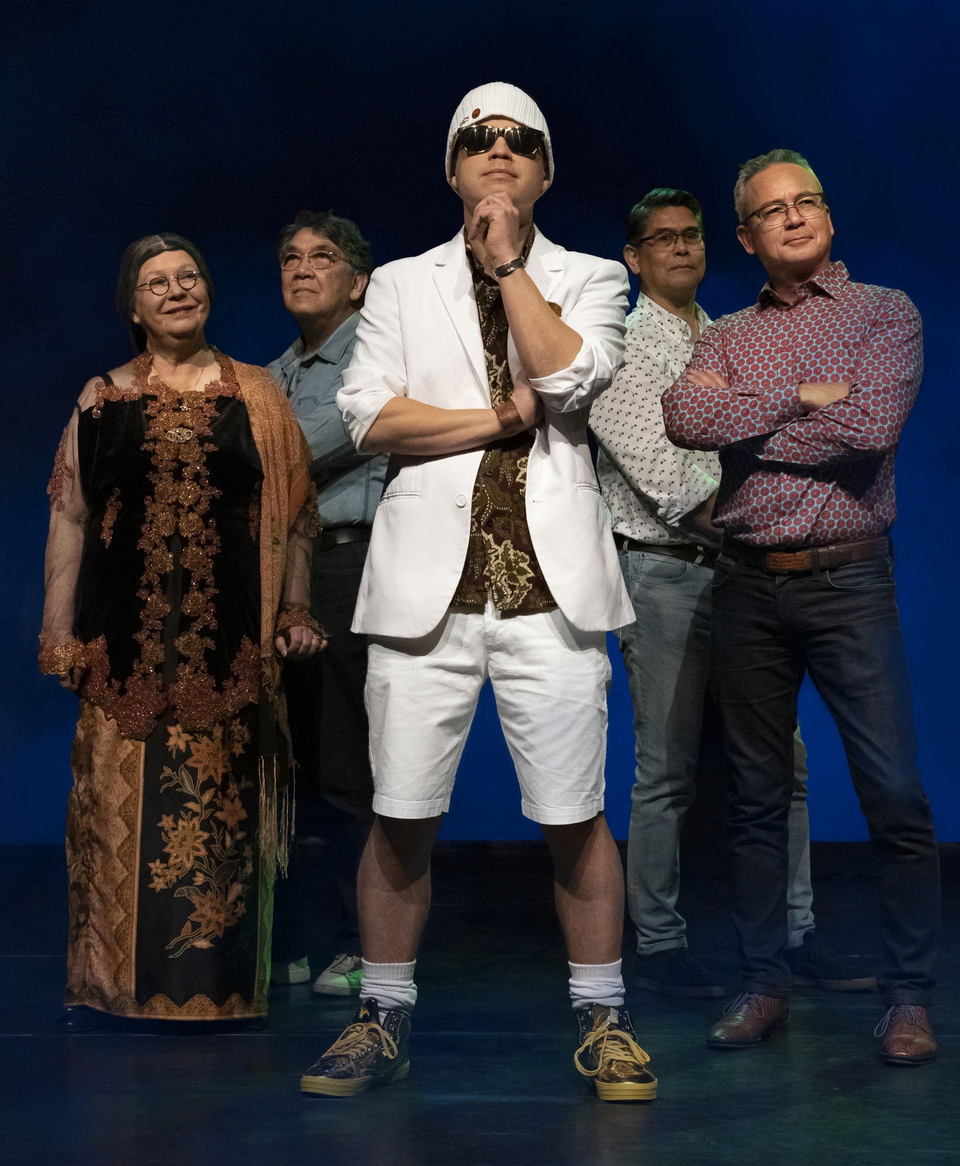 Cabaretier Ricky Risolles laat zijn kijk op Indo-zijn horen door middel van grappen, verhalen en verrassende dialogen met Wieteke van Dort (Tante Lien). Ze worden bijgestaan door een fantastische band met Indische muzikale grootheden.