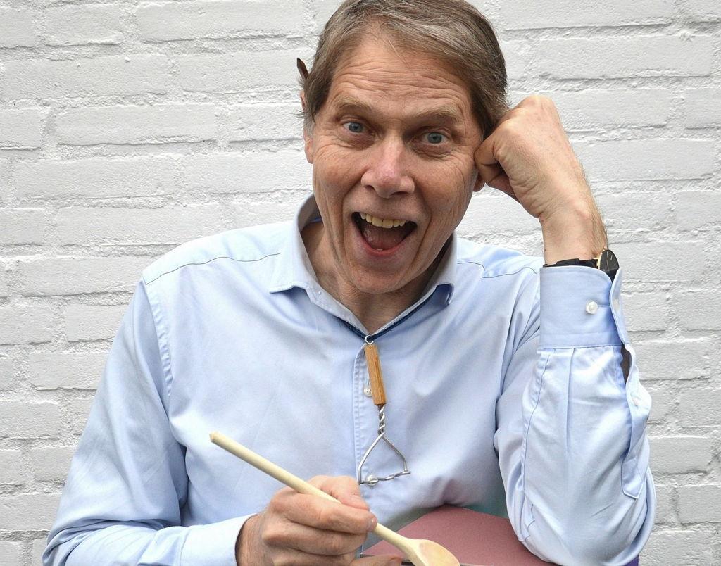 Met letters, woorden, zinnen en leestekens als ingrediënten schotelt taalkok en taalexpert Wim Daniels de lekkerste taalgerechten voor! Een middag genieten van wat de taal te bieden heeft. Gelukkig ligt zijn programma nooit zwaar op de maag.