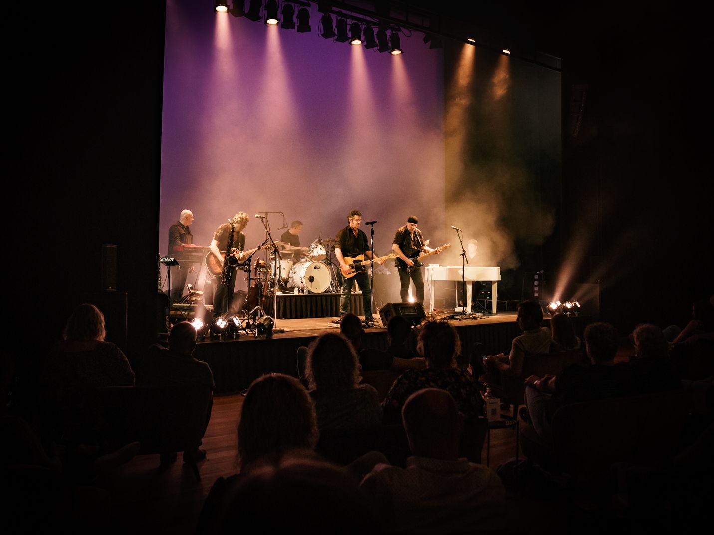 Op 11 september 2021 speelde The Bruceband in Hoogeveen. Het tuinconcert werd naar binnen verplaatst vanwege het weer. Foto's door Photo Anya