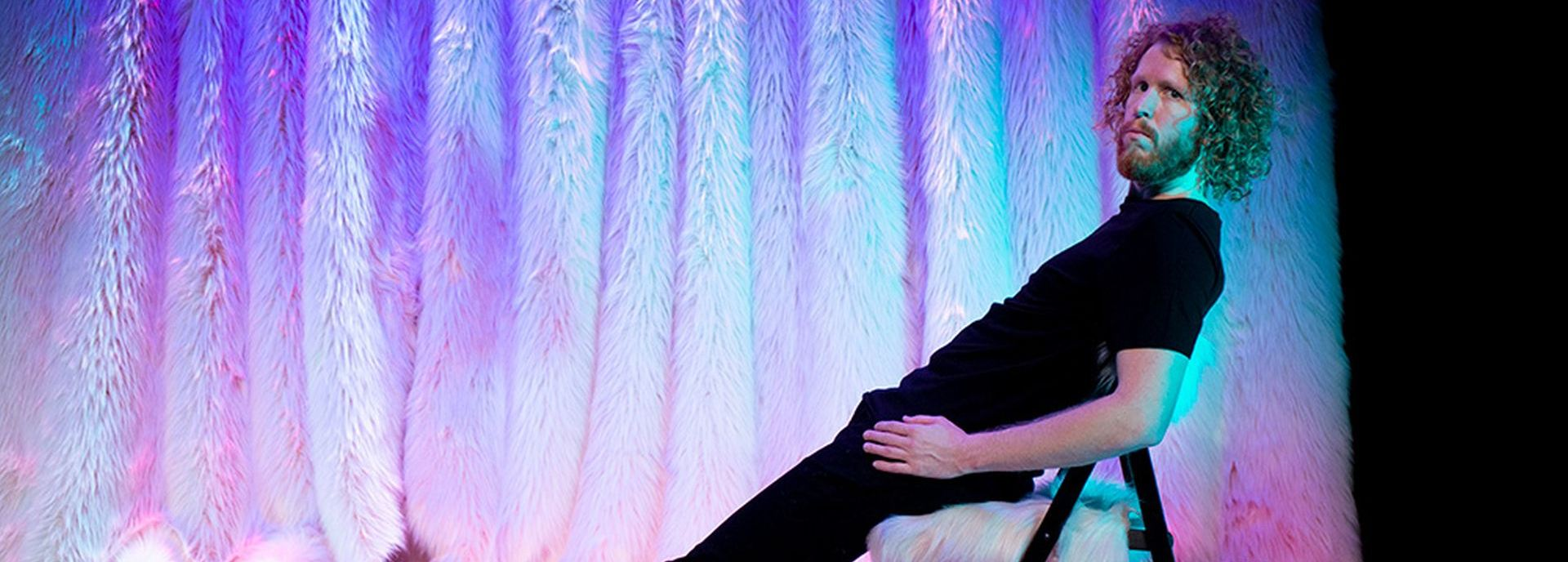 Cabaretier Kasper van der Laan legt uit waarom we dingen doen zoals we ze doen en waarom dingen zijn zoals ze zijn. Maak kennis zijn unieke kijk op onze leefwereld, hij is onvoorspelbaar en ongekend grappig.