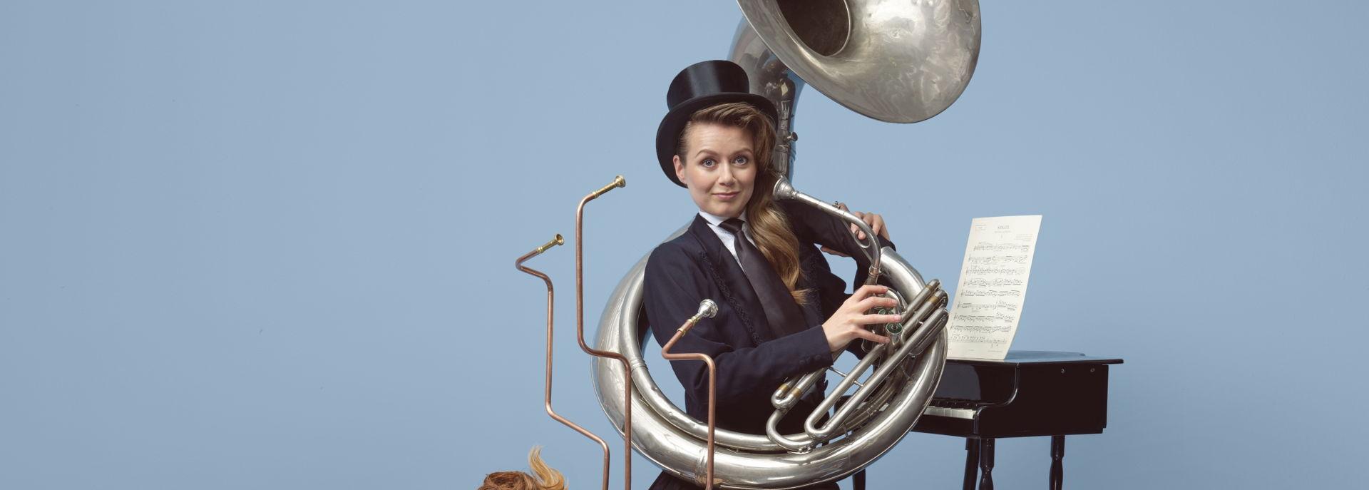 Maartje & Kine overrompelen u met gepassioneerde virtuositeit, instrumentale acrobatiek, verleidelijke charmes en onuitputtelijk speelplezier. Verwacht magistrale solo's en muzikale sketches met een flinke dosis humor. Zelfs als de wereld vergaat. Want als de nood het hoogst is, is de muziek nabij.