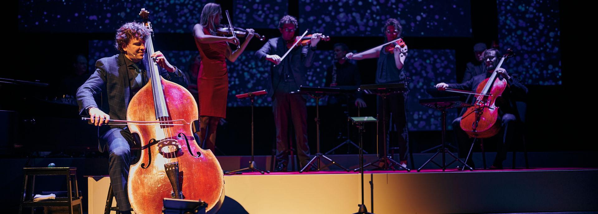 Nederlands favoriete Engelsman, bekend van tv-series als Maestro en Het Orkest van Nederland, belooft samen met zijn orkest een show vol persoonlijke verhalen, verbluffende videobeelden en natuurlijk prachtige muziek. En bent u de geluksvogel die voor heel even dirigent mag zijn?