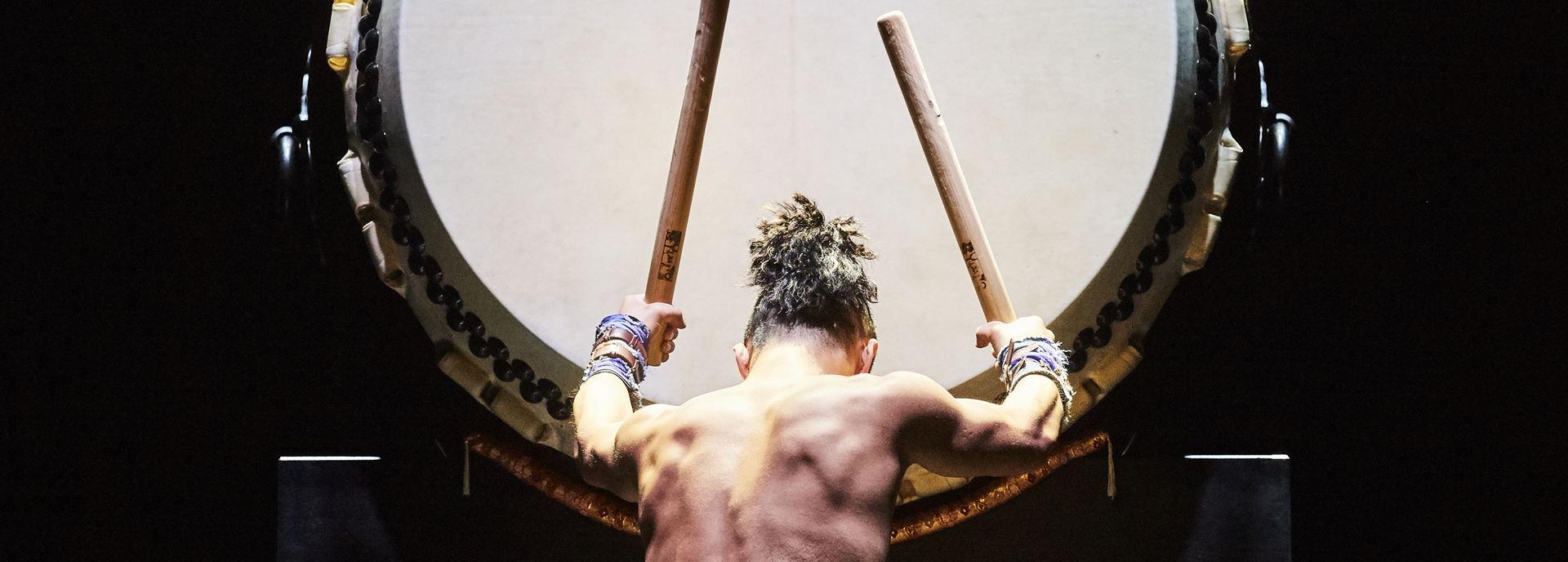 De Japanse drummers van Yamato zijn terug in Hoogeveen met een nieuwe show. Met de eeuwenoude taiko-drums zorgen ze voor een golf van energie, originaliteit en innovatie.